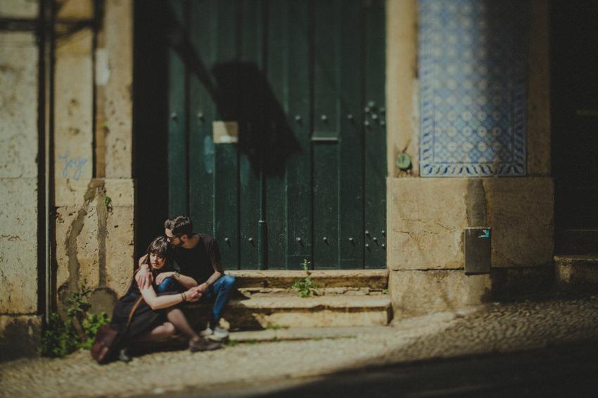 alfama couple kissing