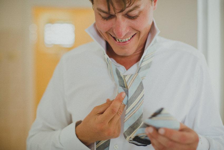 groom tying the tie