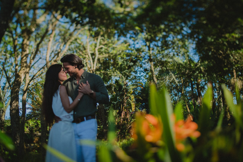couple in capelas botanical garden